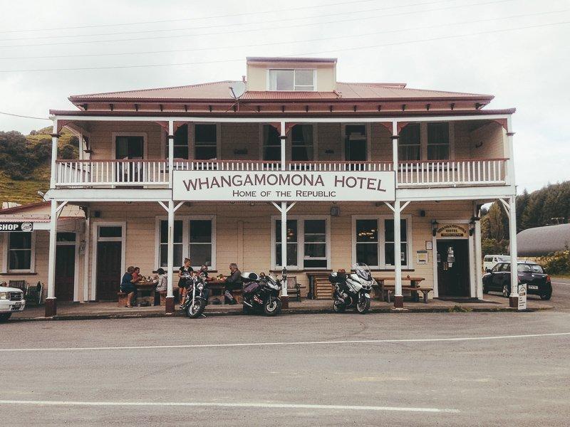 Hier zie je het enige hotel in Whangamomona, een van de meest afgelegen en bijzondere plaatsen van Nieuw-Zeeland.