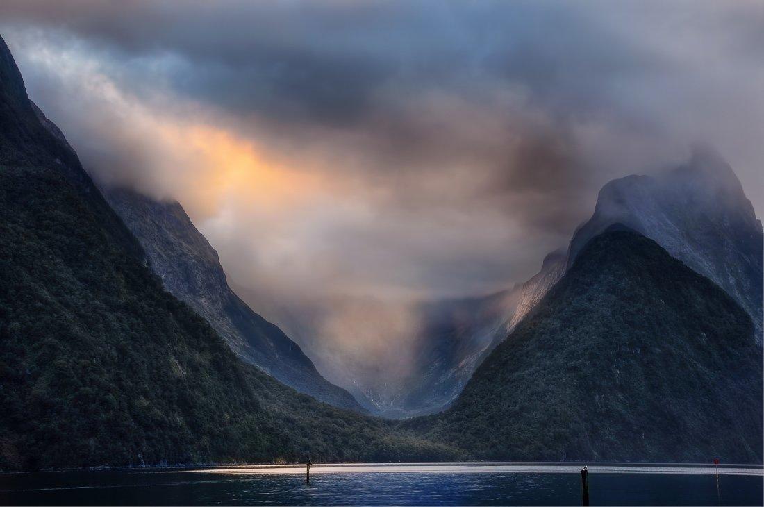 Zonsondergang bij Doubtful Sound Nieuw-Zeeland