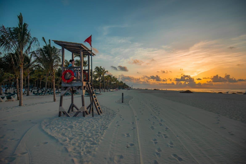 Zonsondergang op het strand in Playa del Carmen in Mexico