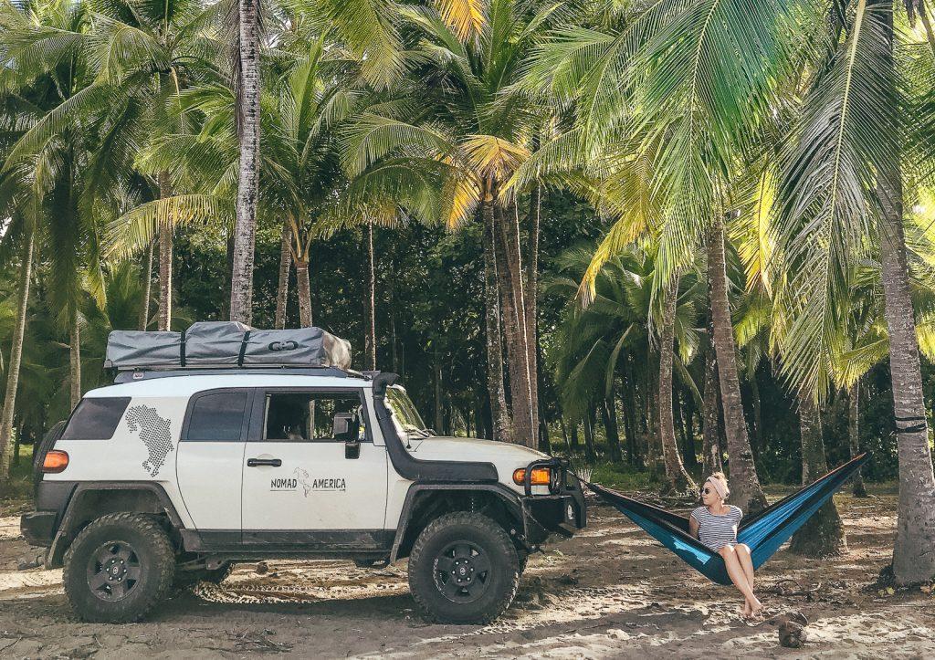 4x4 en rooftop tent door Costa Rica