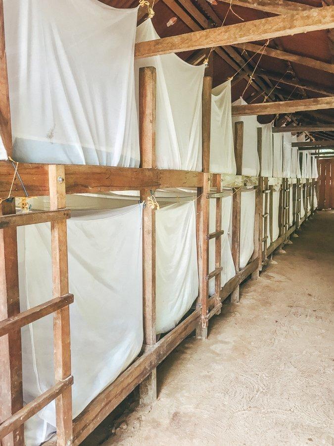 De bedden in een van de kampen