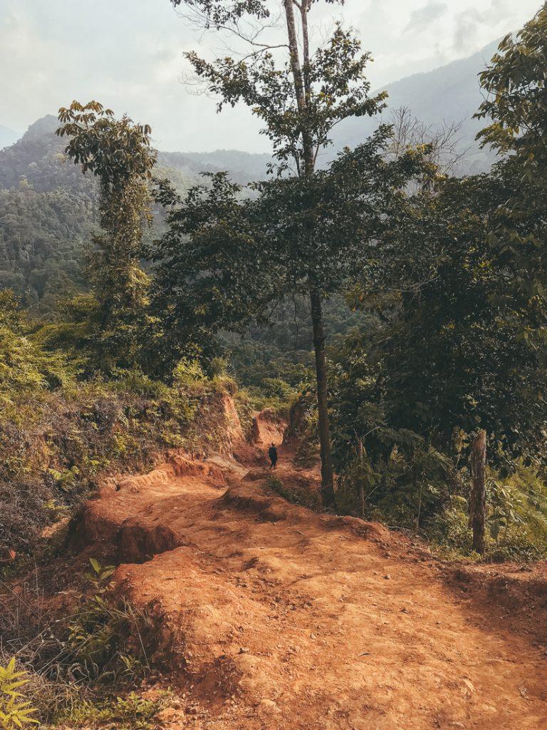 Het rode pad op de eerste dag van de Lost City trekking