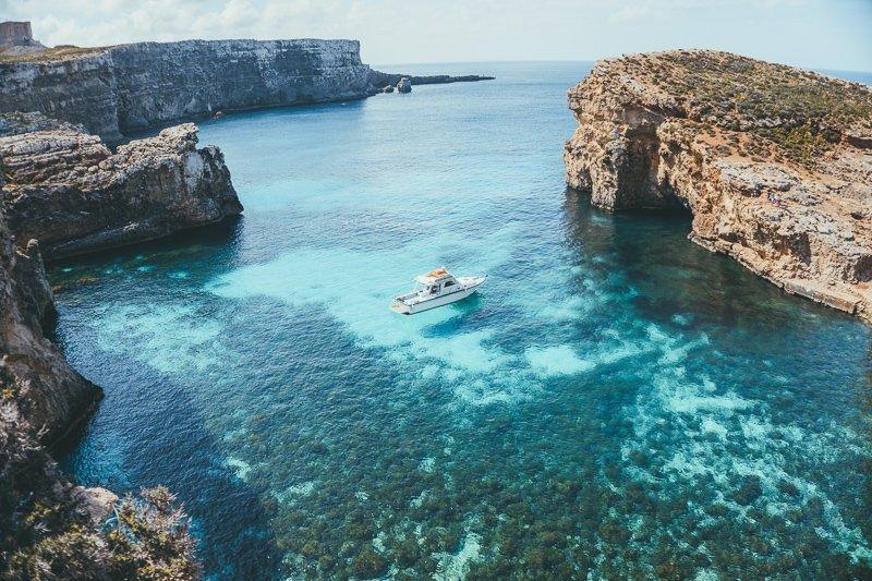 Een boottocht langs Comino in Malta is heerlijk.
