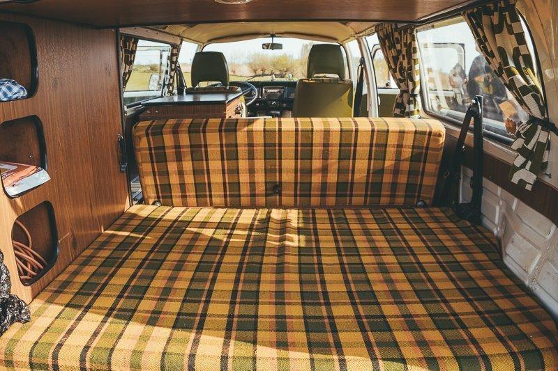 Je kunt met vier personen slapen in een Volkswagenbusje.