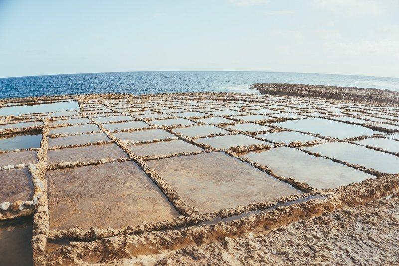 Op Gozo, Malta vind je voldoende zoutpannen die je zeker moet bewonderen.