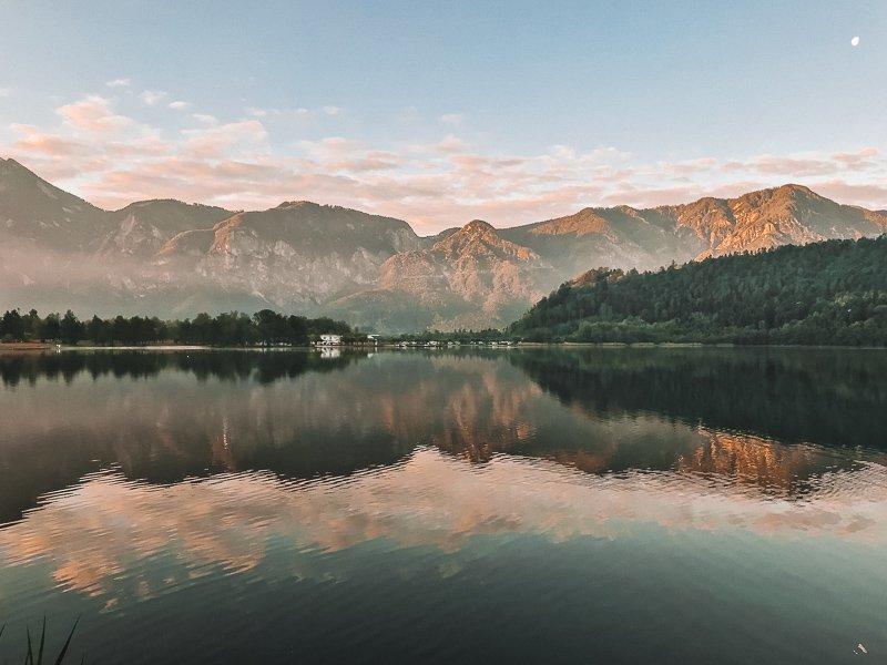 Bekijk zeker de zonsopgang bij Levico Lake in Valsugana, vanwaar je een prachtig uitzicht hebt.