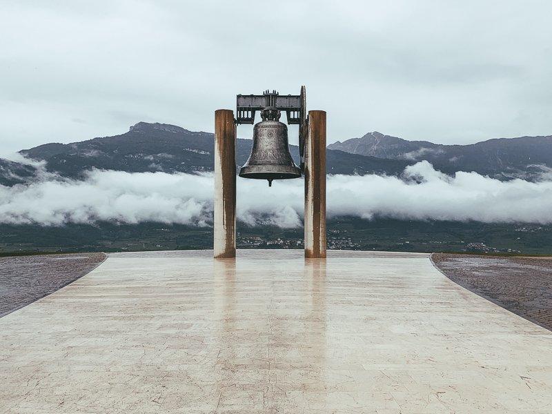 Bovenop een heuvel vind je de grootste bel ter wereld.