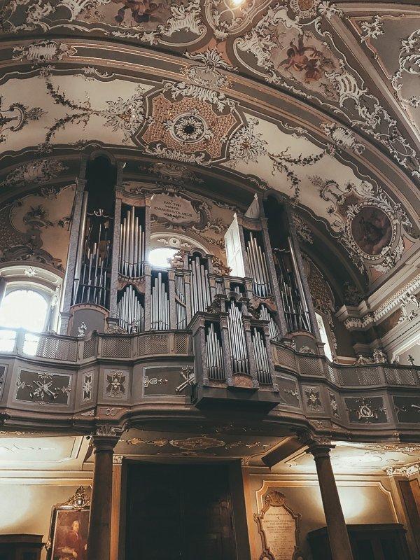 Dit is een prachtige kerk met een originele orgel!