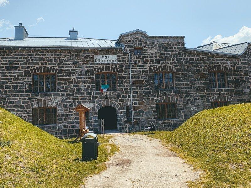 Rondom Levico Terme vind je verschillende forten, zoals deze. Heel interessant om met een gids door het fort te gaan!