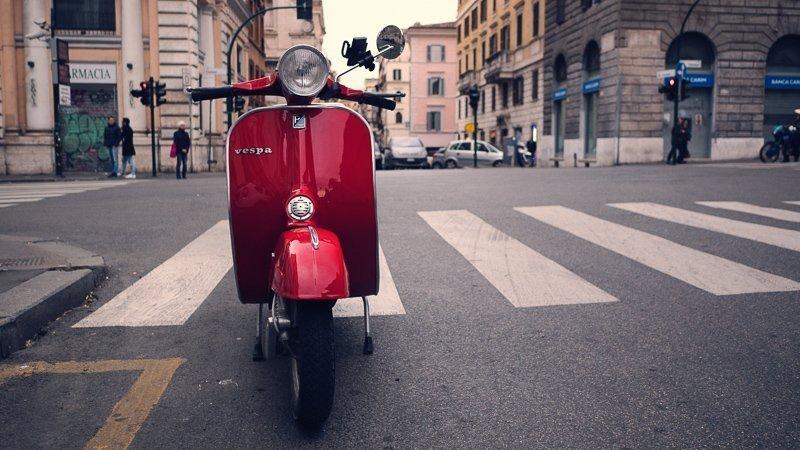 Om alle bezienswaardigheden Rome te zien, kun je natuurlijk een gave vespa huren!