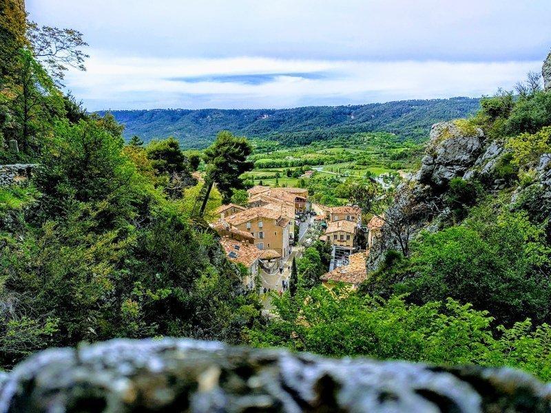 Rondom de kloof kun je heerlijk wandelen. Denk bijvoorbeeld aan de welbekende route Sentier Blanc-Martel.