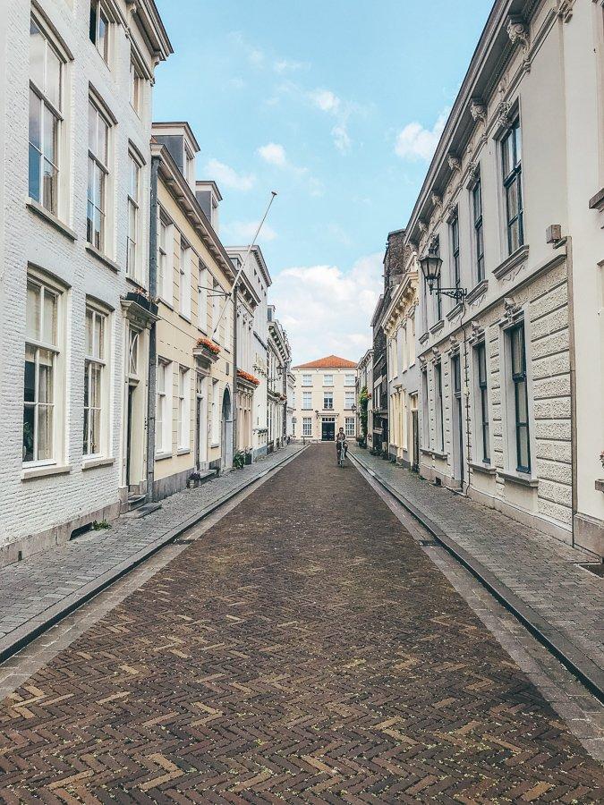 Tijdens een wandeling door Bergen op Zoom zie je de mooie straatjes, zoals deze.