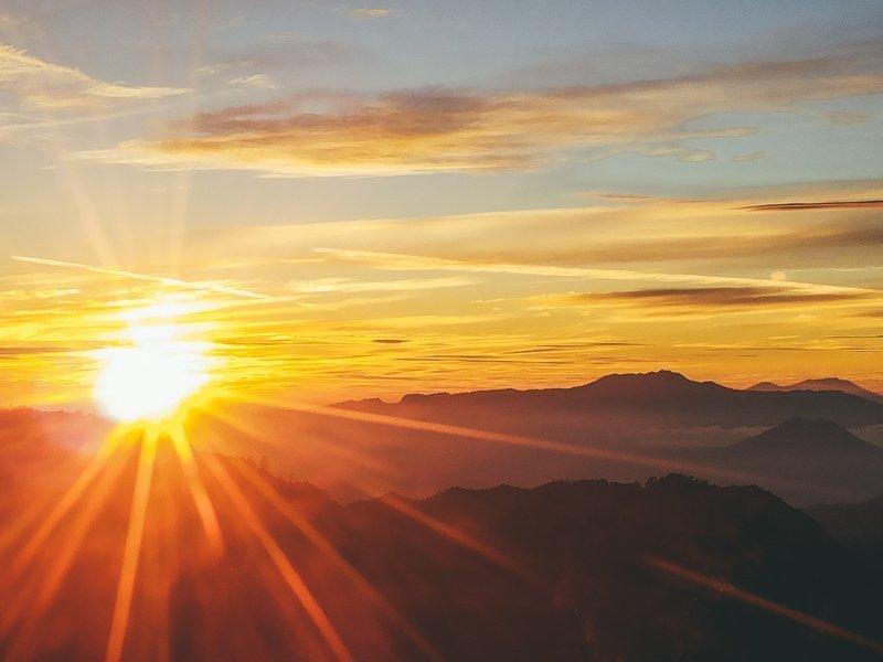 De magische zonsopgang bij de Bromo vulkaan op Java.