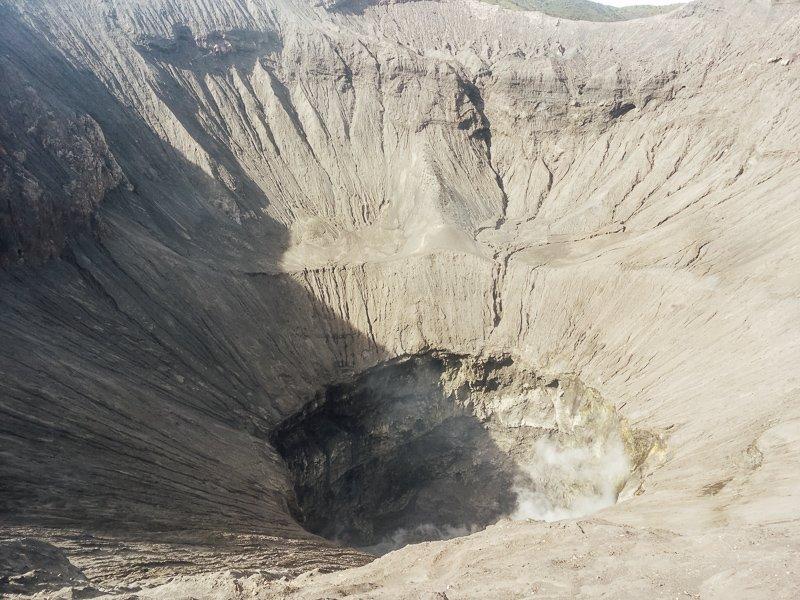 Het uitzicht op de krater vanaf de wand van de vulkaan.