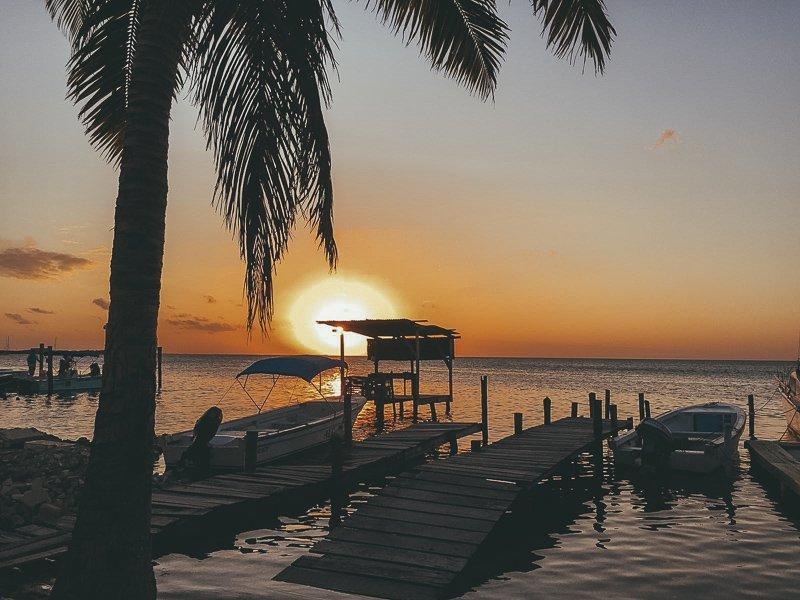 Een heerlijke zonsondergang aan de kust.