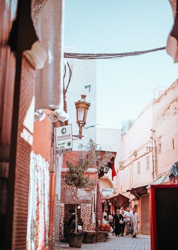 Alleen voor dit soort mooie straatjes moet je naar Marokko gaan.