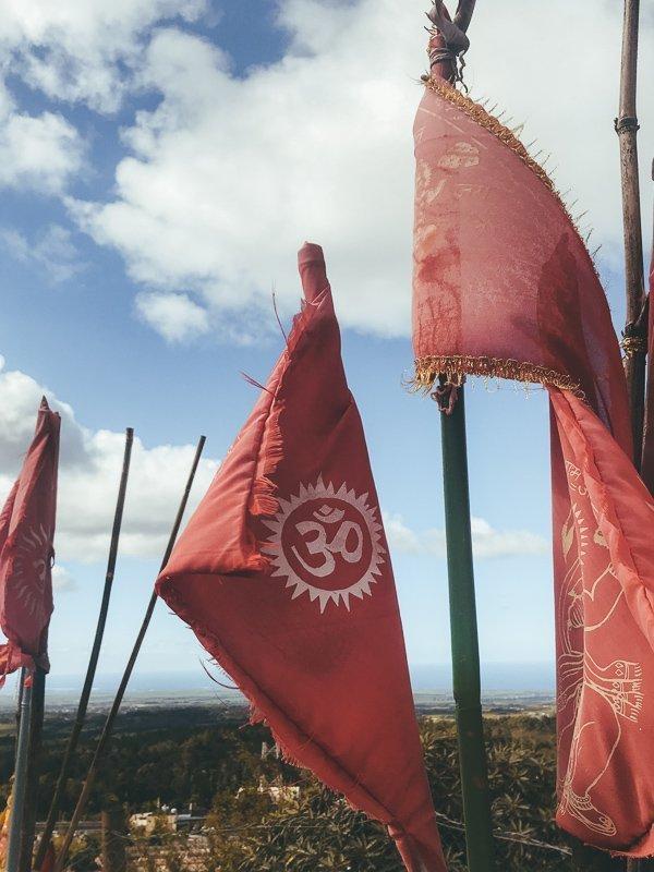 Hindoeististische vlaggen bovenop een heuvel.