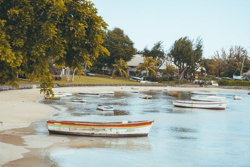 Stap in een bootje en vaar langs de kust.