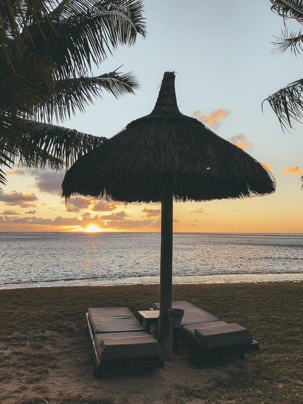 Zonsondergang vanaf het strand bekijken.