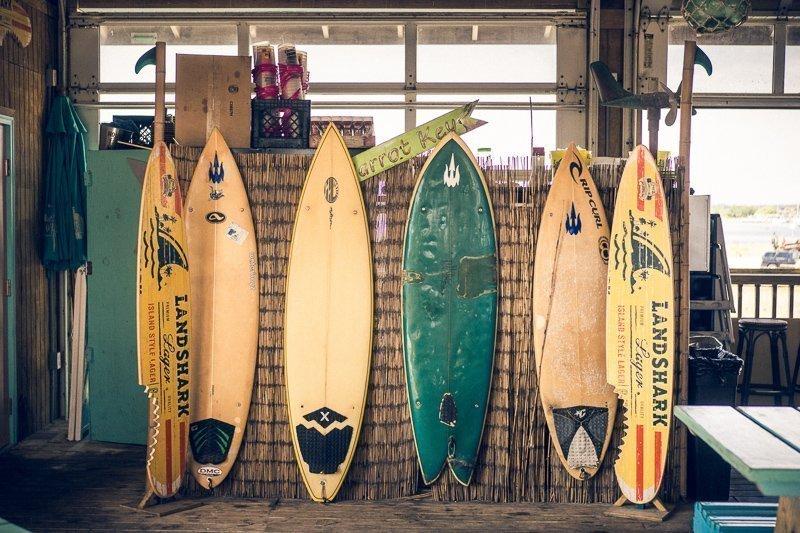 Een interieurtip voor reizigers: hang een surfboard aan de muur.