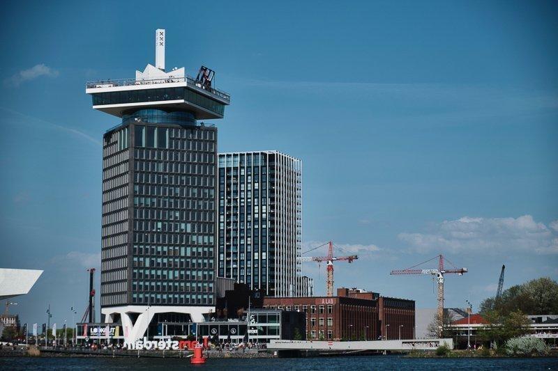 Bovenop de Amsterdam Toren klim je in een schommel en schommel je boven de stad. Een van de leukste activiteiten in Amsterdam!