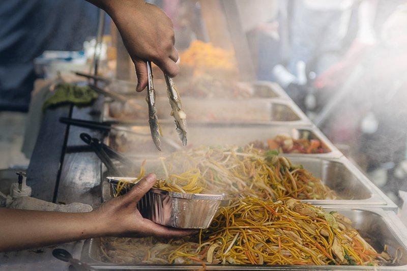 Om zoveel mogelijk kosten te drukken op reis, kun je het beste street food eten en niet naar restaurants gaan.