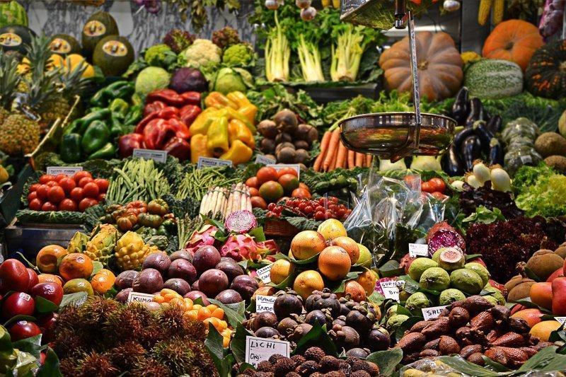 Om goedkoper te reizen, kun je het beste naar de lokale markt gaan.