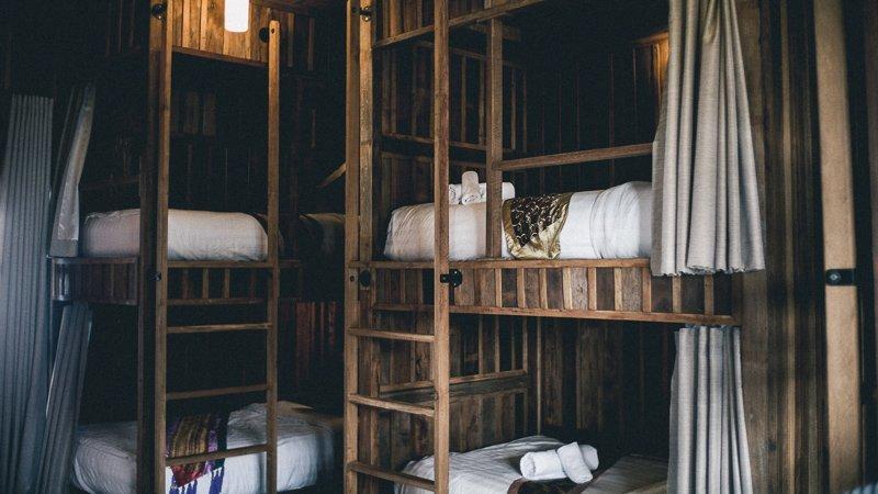 Om kosten te besparen op reis, kun je het beste in hostels slapen.