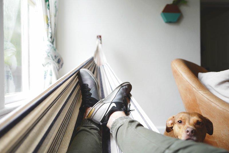 Een vakantiegevoel vasthouden doe je door een hangmat op te hangen in je huis.