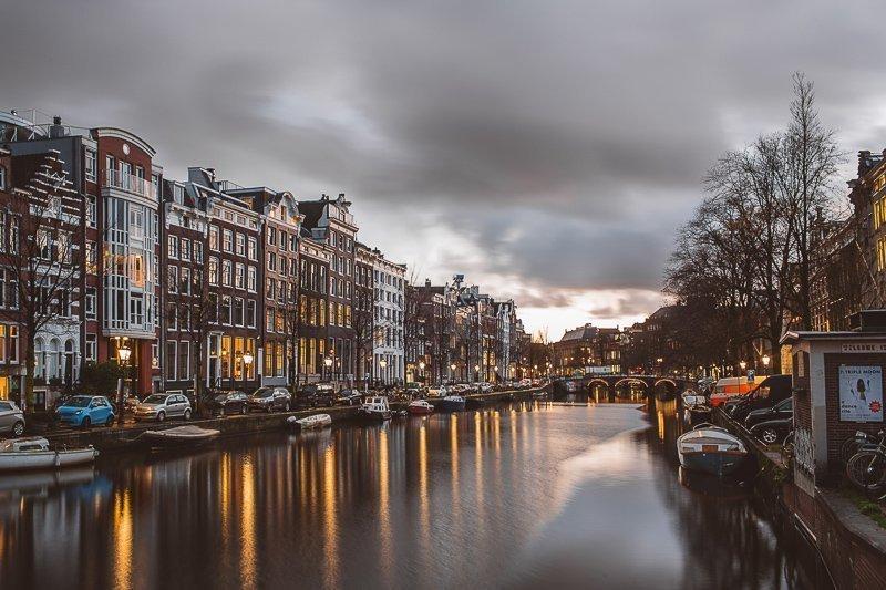 Tijdens een dagje Amsterdam mag je de mooie grachten niet overslaan.