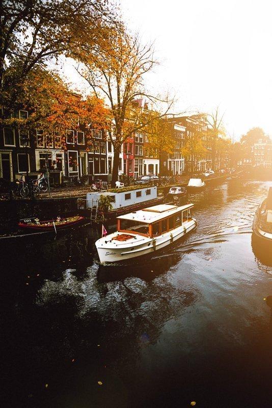 Varen door de grachten is een van de leukste dagje Amsterdam tips.