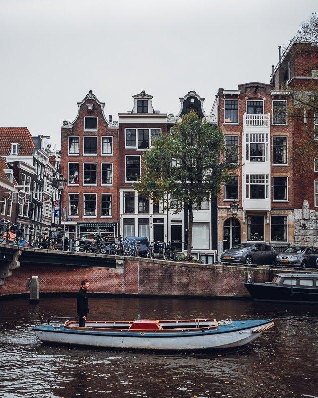 Een dagje varen door de binnenstad is een van de leukste Amsterdam tips.