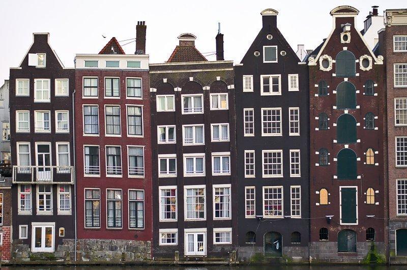 Een van de meest cliche dagje Amsterdam tips, maar wel een hele leuke: doe een hop on op off tour!