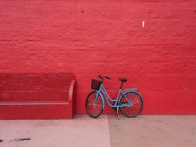 Verf een muur in een leuk kleurtje voor meer vakantiegevoel.