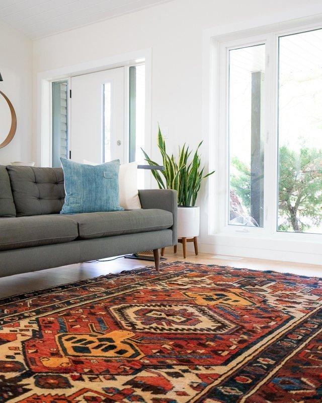 Kies voor een mooi kleurrijk kleed om het reisgevoel naar je interieur te halen.