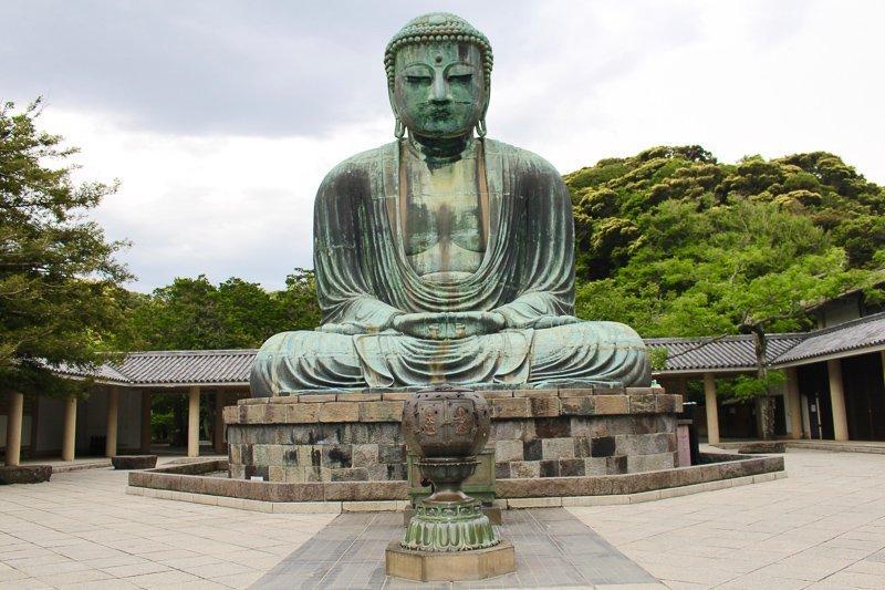 Voor een leuke dagtrip vanuit Tokyo kun je naar Kamakura gaan, waar je een enorm Boeddhabeeld bewondert.