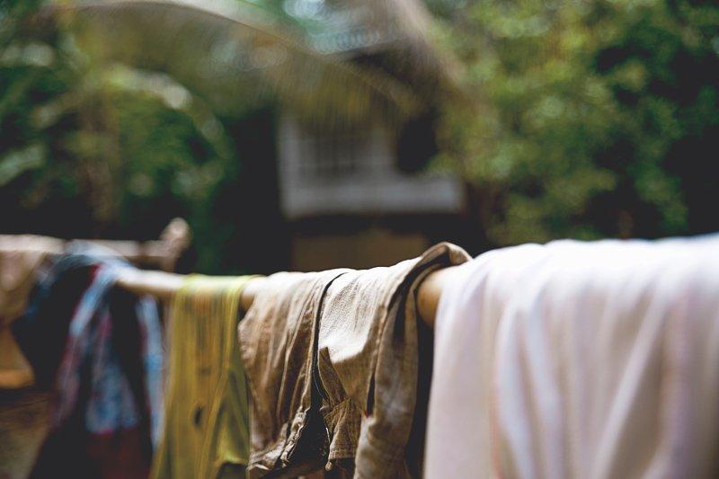 Kijk of je kleding nog een dagje extra aan kunt doen, zodat je niet een extra wasje hoeft te draaien.