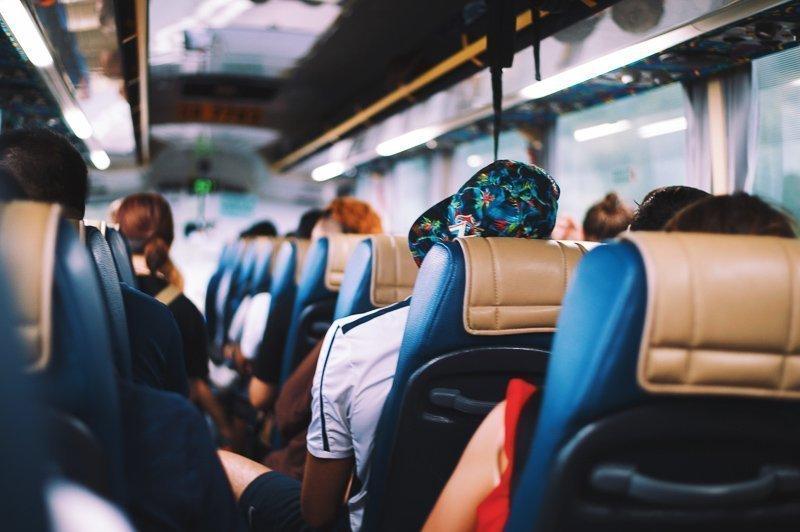 Ga je op reis? Probeer dan helemaal niet te vliegen en reis met de bus of trein. Dit is veel minder schadelijk voor het milieu!