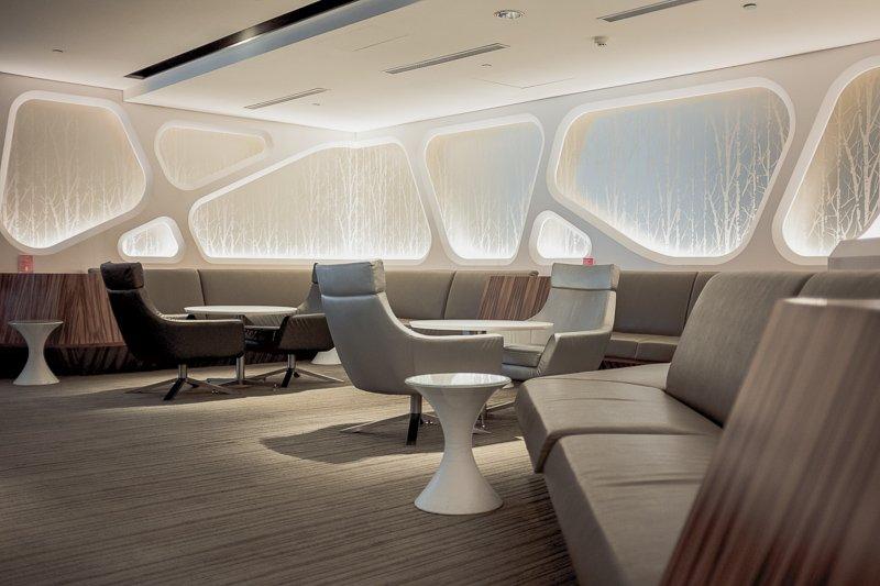 Doe een dutje in een lounge tijdens een overstap om zo een vliegkater te vermijden.