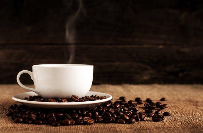 Tips tegen een jetlag? Geen cafeine drinken voor of tijdens een vlucht.