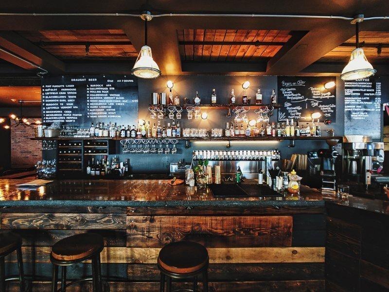 Werk in een bar, restaurant, hostel of hotel om wat centen bij te verdienen tijdens het reizen.