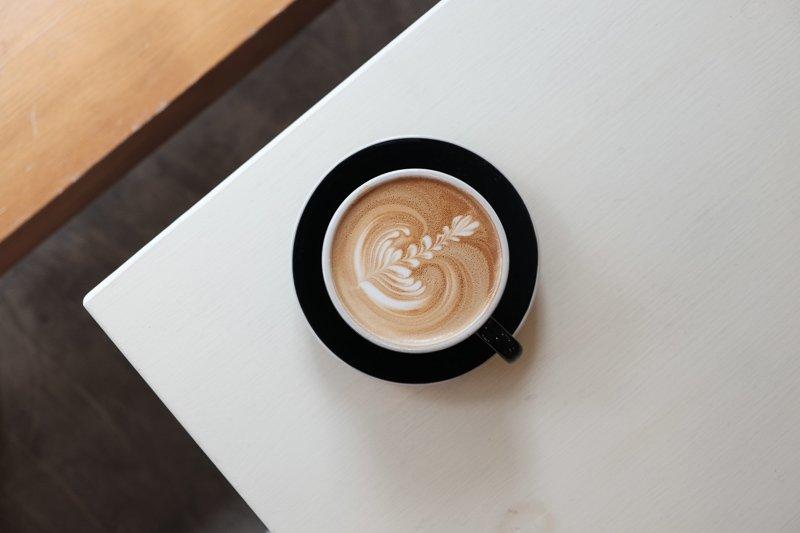 Drink absoluut geen cafeïne, zoals cola en koffie, voor of tijdens een vlucht. Dit zorgt ervoor dat je moeilijker in slaap komt.