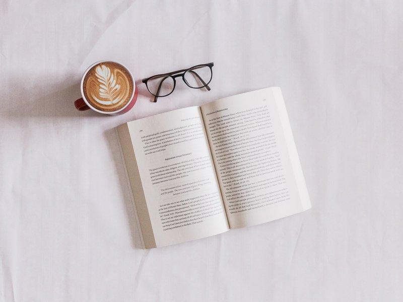 Een boek lezen in een vliegtuig helpt als je wilt slapen.