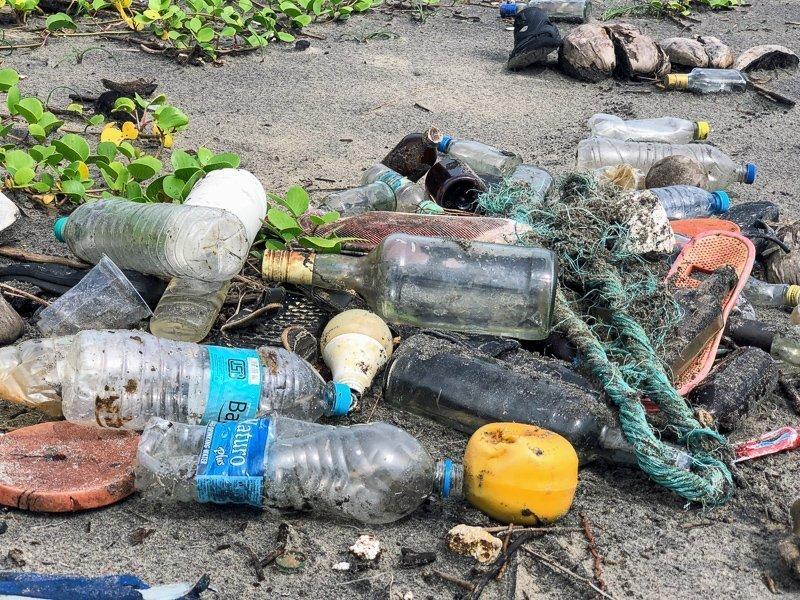 Zie je op vakantie afval op straat liggen? Ruim het dan op! Zo ben je lekker ecovriendelijk bezig.