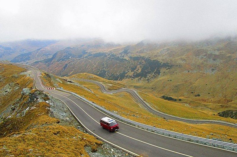 Bij het huren van een auto is het slim om van tevoren te bekijken of je op alle wegen mag rijden.