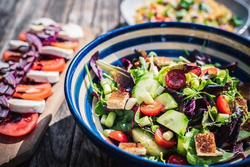 Eet zo licht mogelijk, zoals een heerlijke salade, om zo een vliegkater te voorkomen.