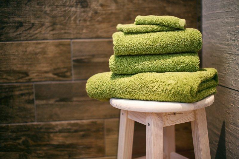 Gebruik een handdoek meerdere dagen, anders moet je extra wasjes draaien en dit is allesbehalve milieuvriendelijk.