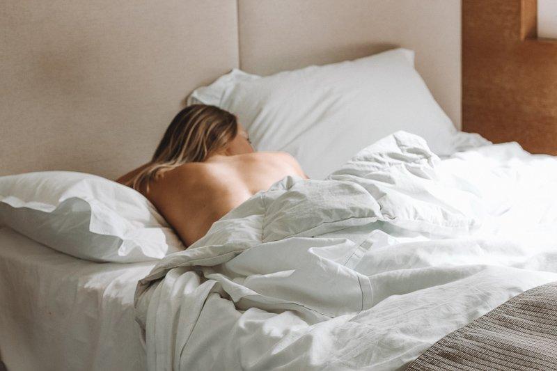 Zorg dat je de dag voor vertrek een kort nachtje hebt gemaakt, zodat je tijdens de vlucht sneller in slaap komt.