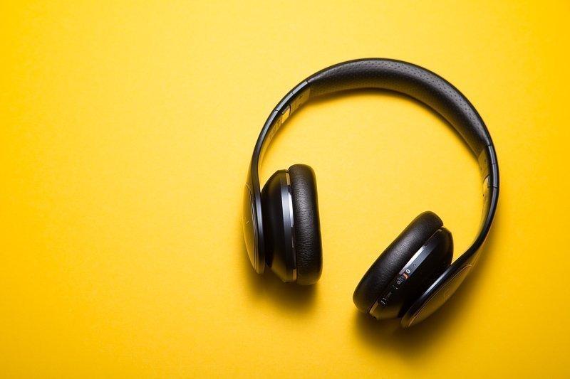 Doe een noise cancelling koptelefoon op als je geen geruis om je heen wilt horen.