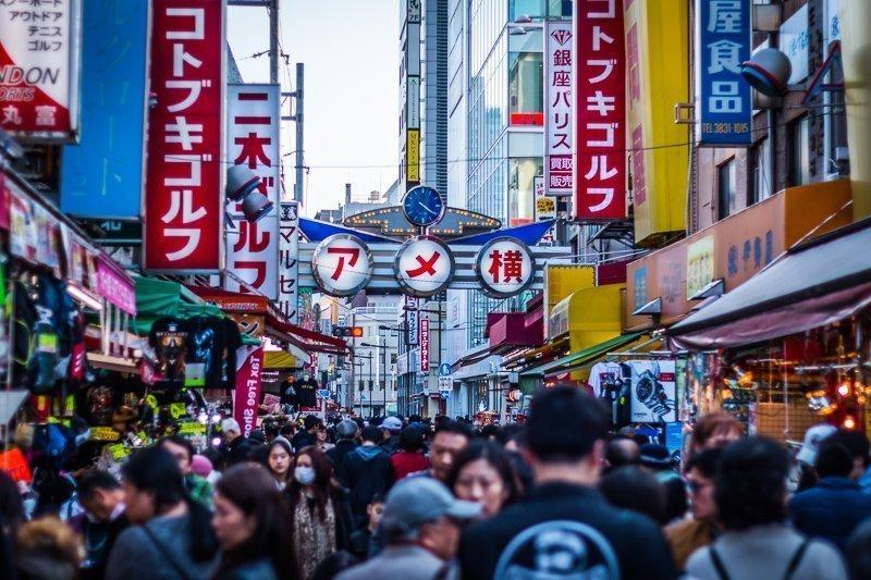Vergeet niet de Ameyoko Street te ontdekken, een te leuke straat in de stad.